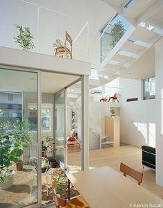 """近藤哲雄建築設計事務所による""""House in Chayagasaka"""" は、名古屋の若い夫婦と小さな子供2人の4人家族の住宅である。"""