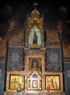 Rocamadour: Inside of the Notre-Dame chapel (miracles chapel): altar and statue of the Black Virgin - France-Voyage.com
