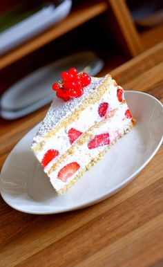 Strawberry cake with mascarpone, lager quark and cream, refreshing with lime juice … - Cake Recipes Wedding Ideen Mint Chocolate Chips, Chocolate Recipes, Delicious Desserts, Dessert Recipes, German Baking, Strawberry Cake Recipes, Cooking Cake, Pie Cake, Moist Cakes