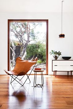 The butterfly chair or BKF chair in retro, industrial, rustic, scandinavian decorated interiors. Estilo Interior, Home Interior, Interior Architecture, Interior And Exterior, Simple Interior, Style At Home, Decor Inspiration, Dresser Inspiration, Living Spaces