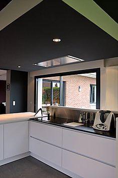 Cuisine haut de gamme Eggersmann dans la proche banlieue de Lille. Laque mate blanche, corian et granit noir. Architecte d'intérieur Lille, Nord pas de calais
