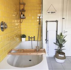 Retro neutal bathroom with yellow tile - pop of color lights is up. bathtub with updated accessories adds modern to retro look. pop of greenery brings color scheme full circle. towel warmer is a MUST - Vintage Interior Design, Decor Interior Design, Bad Inspiration, Bathroom Inspiration, Modern Bathtub, Bathroom Modern, Vintage Bathroom Decor, Yellow Tile, Yellow Bathrooms
