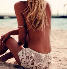Deep tan, salty hair and white crochet shorts - Summer outfit inspiration and beach style ideas Streetstyle Lookbook, Bikinis Lindos, Mode Hippie, Estilo Hippy, Mode Inspiration, Photoshoot Inspiration, Beach Babe, Beach Shoot, Summer Of Love