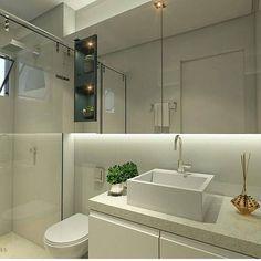 """Estou procurando inspirações para o banheiro do meu mini apê e já dei um print nesse projeto do @arquitetootaviomendes. Tudo lindo, ambiente clean e a iluminação por trás do espelho dá a sensação de que ele está """"flutuando"""" sobre a parede, um artifício que traz modernidade e sofisticação mesmo sendo pequeno o espaço. Parabéns pelo belo projeto, Otávio! #blogmeuminiape #meuminiape #apartamentospequenos #inspiração #projetos #arquitetura #desingdeinteriores #decoração"""