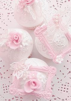 Cupcakes discovered by 𝓈𝒶𝓂𝒶𝓃𝓉𝒽𝒶 𝓈𝑒𝓇𝑒𝓃𝒶 ✰ on We Heart It Deco Cupcake, Cupcake Cakes, Vintage Cupcake, Rose Cupcake, Fondant Cupcakes, Cupcake Toppers, Pretty Pastel, Pastel Pink, Cupcakes Roses
