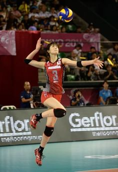 Saori Kimura of Japan serves the ball against Russia during the FIVB World Grand Prix Final Group 1 on August 20 2014 in Tokyo Japan Female Pose Reference, Pose Reference Photo, Human Reference, Drawing Reference Poses, Volleyball Poses, Fighting Poses, Anatomy Poses, Figure Poses, Dynamic Poses
