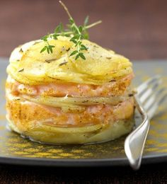Potato mille-feuille with salmon Fish Recipes, Seafood Recipes, Dinner Recipes, Cooking Recipes, Healthy Recipes, Fingers Food, Baked Salmon, Antipasto, I Foods