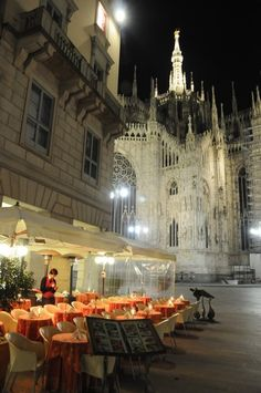 A restaurant where you can sit and enjoy the beautiful Duomo