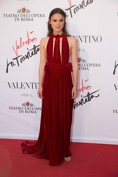 Keira Knightley con vestido rojo de terciopelo con escote con aberturas, de Valentino.