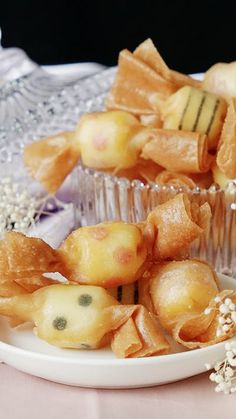 "Think of these ""candies"" as crispy little wontons filled with cheesy goodness. Cute Food, Good Food, Yummy Food, Tasty Videos, Food Videos, Healthy Dinner Recipes, Appetizer Recipes, Appetizers, Easy Cooking"