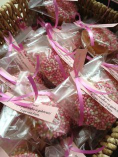 Traktatie: geboortecakejes. cupcakes maken, dopen in gesmolten witte chocolade en dippen in de roze muisjes. Voila! Leuk om uit te delen! Maak het ook eens met (diepvries)soesjes! Handig voor kraambezoek
