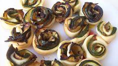 Roselline di zucchine. 200 g farina, 2 zucchine, 80 ml olio EVO, 70 ml acqua. tagliate le zucch a fette longitudinali e grigliatele con un po' di sale. Pasta brisée: impastate olio e farina. Aggiungete piano l'acqua fino ad un impasto elastico, unite il sale. Formate una palla, avvolgetela nella pellicola e mettete in frigo per 1/2 h. Stendete su carta forno e tagliate listarelle di 1,5-2 cm. Mettete le fette di zucchine sulla pasta ed avvolgetele. forno a 190° per 15 min fino a doratura.