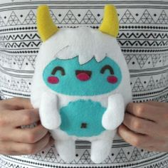 Learn how to make this kawaii yeti monster softie plush in this awesome step-by-step tutorial.
