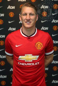 """Viene bien un medio campista de semejante clase para el MUFC: dichosos, anuncian contrato por tres años. """"Manchester United is the only club I would have left Munich for"""", dijo Schweinsteiger."""