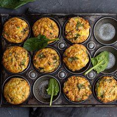 🍴Špenátové muffiny recept – rychle, zdravě a jednoduše 🍴 Jimezdrave.cz Muffins, Hummus, Curry, Low Carb, Ethnic Recipes, Food, Basket, New Recipes, Spinach
