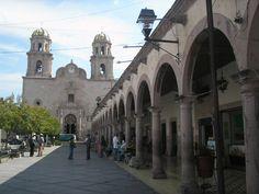 Hacia la Iglesia y la plaza de Los viejitos