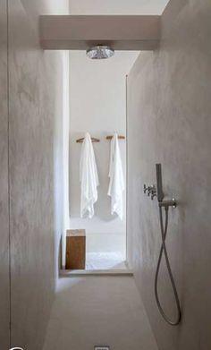 Une douche à l'italienne minimaliste dans un espace étroit