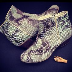 Para las mujeres modernas y sofisticadas! Botines pitón ( agua de mayo) #medellin