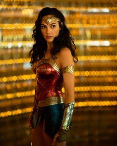 First look at Gal Gadot as Wonder Woman in Wonder Woman 2 Wonder Woman Film, Gal Gadot Wonder Woman, Wonder Women, Chris Pine, Marvel Universe, Harley Quinn, Heroine Marvel, Dc Superhero Girl, Hilarious Pictures
