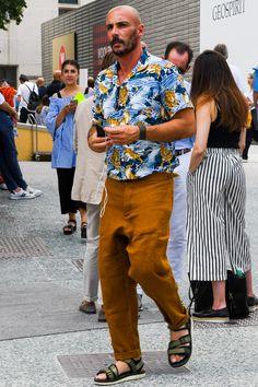 日本からハワイに渡った移民が作業着として使用していたパルカと呼ばれる開襟シャツを手持ちの着物から製作したことが原点と言われている「アロハシャツ」。アメカジ風スタイルはもちろん、スラックスと合わせてドレッシーな表情に仕上げるなど意外と着こなしの幅は広い。今回は「アロハシャツ」にフォーカスして注目の着こなし&アイテムをピックアップ! アロハシャツとは トロピカルを思わせるプリントデザインが施された開襟タイプのシャツ。シルクやレーヨン、ポリエステル、綿の生地を採用して仕立てられたアイテムが多い。昨今では、トロピカル柄を採用したオープンカラー以外のボタンダウン半袖シャツなどもアロハシャツとして各ブランドから展開されている。アロハシャツ発祥の地はハワイ。19世紀の終わりから20世紀初頭、まだ貧しかった日本からハワイに渡った移民が、主にサトウキビ農園で過酷な労働を行っていた際に着用していたパルカと呼ばれる開襟シャツを手持ちの着物から製作したことが原点と言われている。 アロハシャツ×ダメージジーンズコーデ ネイビーにホワイトのプリントが施された爽やかなアロハシャツに、ダメージ加工が施さ...