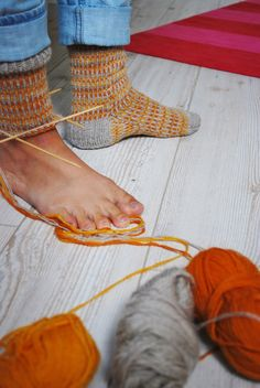 maria carlander no pattern, just for idea. love the heal and toe Wool Socks, Knit Mittens, Knitting Socks, Hand Knitting, Knitting Patterns, Crochet Gloves, Knit Or Crochet, Yarn Projects, Knitting Projects