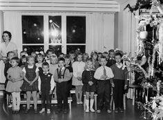 Kaupungin lastentarhalaisilla oli eilen juhlapäivä kun Helsingin kaupungin kaikissa lastentarhoissa vietettiin juhlaa. Kannelmäen marraskuussa avatussa lastentarhassa esittivät pikku-oppilaat omaa ohjelmaansa laulaen ja leikkien. Tonttuleikkejä ja joululauluja seurasi pikkuväki riemuissaan. - Kuvamme Kannelmäen lastentarhan joulutunnelmista 20.12.1960. Ensio Ilmonen