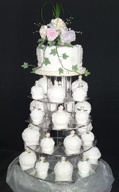 Bauble mini Wedding cakes for something different for your wedding and an individual present to each guest.