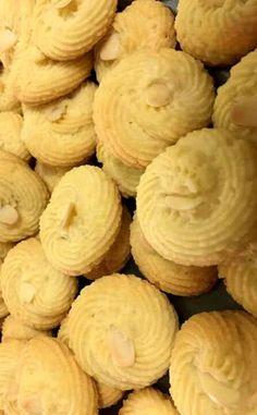 Κουλουράκια βουτύρου !!! ~ ΜΑΓΕΙΡΙΚΗ ΚΑΙ ΣΥΝΤΑΓΕΣ 2 Snack Recipes, Dessert Recipes, Snacks, Desserts, Something Sweet, Greek Recipes, Biscuits, Almond, Chips