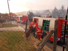 Pillanatképek a ma délutáni tűzoltásról a pomázi Árvalányhaj utcában. A tűzoltók hősiesen küzdöttek a lángokkal. Az erős szél sajnos nehezítette az oltást. Személyi sérülésről nem tudunk.  További információkkal a későbbiekben jelentkezünk.