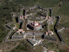 Fortaleza  de Valença do Minho, localizada en la frontera de España y Portugal. Esta situada a los pies del río Miño, frente a la gallega localidad de Tui