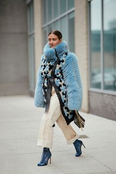 50 of the Best New York Street Style Pictures We Can't Stop Looking at During New York Fashion Week, there has been rain, freezing temperatures and also loads of sunshine. Here's how street stylers get it right weather-wise. New York Street Style, Street Style Chic, Street Style Trends, Street Style Looks, Fashion Weeks, Fashion 2018, Winter Outfits, Casual Outfits, Inspiration Mode