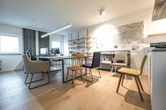 #Büro #Stühle #Interiordesign #Innenarchitektur #Gastronomie #Einrichtung #Office #www.innenraumdesign.at Interiordesign, Office, Corner Desk, Shops, Furniture, Home Decor, Fine Dining, Interior Designing, Corner Table