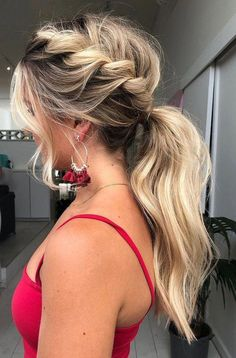 Wavy Hairstyles for Winter - lilostyle - - Even though it's cold in winter, girls won't give up chasing the pretty and latest hair looks for the season. Prettydesigns will always be here to offer you stylish hairstyles for your girls. Formal Hairstyles For Long Hair, Dance Hairstyles, Short Wavy Hair, Homecoming Hairstyles, Winter Hairstyles, Box Braids Hairstyles, Wedding Hairstyles, Long Hair Styles, Stylish Hairstyles