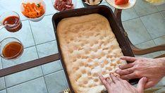 Αφράτη σπιτική πίτσα στο ταψί με ζύμη από φοκάτσια - www.olivemagazine.gr Kai, Bread, Food, Pie, Brot, Essen, Baking, Meals, Breads