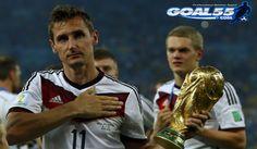 Jerman – Setelah pertandingan Piala Dunia 2014 selesai Klose mengangkat Trofi Piala Dunia sekarang Striker yang berusia 36 tahun ini pun tenang setelah berhasil menbawa Jerman Juara Dunia, Klose Kabarnya akan siap menutup Karier nya Sebagai Bintang di Tim Panzer.