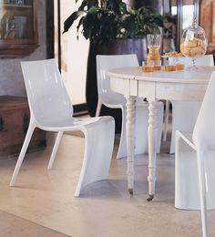 La sedia Smart di Pedrali, elegante e sofisticata, conquista con le sue forme moderne ed i materiali attuali. Ideata da Claudio Dondoli e Marco Pocci, è interamente realizzata in nylon. Impilabile, è disponibile in diversi colori.