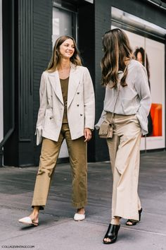Street style shot of two girls attending new york fashion week wearing neutral outfits Nyfw Street Style, Looks Street Style, Looks Style, Street Chic, Style Me, Fashion Week, Look Fashion, Daily Fashion, Fashion Outfits