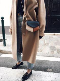 Cette saison, le mini sac se décline souvent en mode tricolore