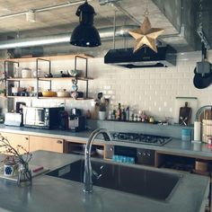 キッチンに置いてある油、どんなボトルに入れていますか?ダイソー、セリア、キャンドゥではとってもおしゃれなオイルボトルが売っているんです。さっそく移し替えてキッチンのおしゃれ感をUPさせてみませんか? Cosy Kitchen, Kitchen Dinning Room, Kitchen Room Design, Kitchen Living, Kitchen Interior, Kitchen Decor, Industrial Kitchen Design, Concrete Interiors, Beautiful Kitchens