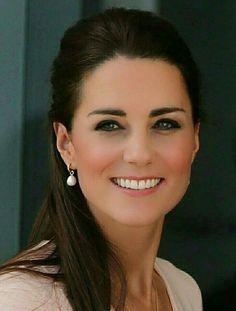 Wearing Diana's pearl earrings Princesa Kate, Prince William And Kate, William Kate, Kate Middleton Style, Kate Middleton Earrings, Kate Middleton Makeup, Herzogin Von Cambridge, Kate And Meghan, Elisabeth Ii