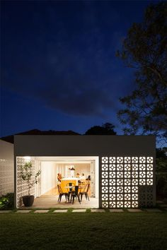 Sydney-based Architect Prineas has redesigned Breeze Block House turning it into a modern and open house. The Breeze Block House was . Architecture Antique, Architecture Design, Breeze Block Wall, Load Bearing Wall, Casa Patio, Design Exterior, Breezeway, Concrete Blocks, Mid Century House