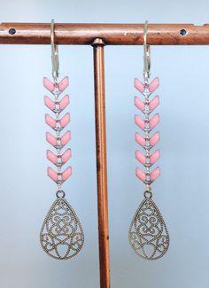 Boucles d'oreilles dormeuses épi chevron émaillé rose en métal argenté : Boucles d'oreille par manava-creation