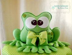 SAPO EM FELTRO | DOCES DETALHES(By Viviani Pires) | Elo7 Felt Crafts, Diy And Crafts, Felt Wreath, Sock Toys, Camping Crafts, Felt Dolls, Happy Mothers, Softies, Kids And Parenting