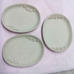 オーバル小花小皿  つばめはりねずみねこを作って うさぎりすを作ってないなあと  形を変えてオーバルの小皿を 2枚ずつ  思いつきひらめき少しずつ作ってます 前に作った角皿が一枚ずつしかなく2枚ないですか?と聞かれるのでそちらも作ろうと思います  柄を描くのが大変ですが 目にとめていただけたら嬉しいです  #陶小物#陶#nonojiko#磁器#陶器 #器#皿#小皿#オーバル#うさぎ#りす #小花#小花柄#小花模様