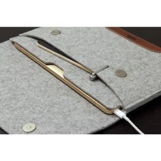 Die Hampshire für das Macbook 12 von Apple ist maßgeschneidert mit all seinen Funktionen. Hochwertiger merino Wollfilz schützt das Macbook 12 vor Stößen, Kratzern und vor Schmutz. Eine separate Vordertasche bietet ausreichend Platz für den unverzichtbaren USB-C Multiport Adapter. Geschlossen wird die Tasche durch ultra flache aber sehr starke Magnetverschlüsse. Eine äußerst praktische Griffapplikation aus italienischem Premium Leder (natürlich rein pflanzlich gegerbt) sorgt für sicheren Halt…