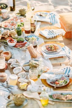 Gold plates with blue stripe towels as the table setting