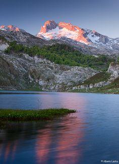Amanecer primaveral en el Lago de la Ercina. Picos de Europa, Asturias.