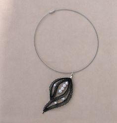 Collier ras du cou mariage en dentelle noire et perles fantaisie nacre : Collier par pfenninger