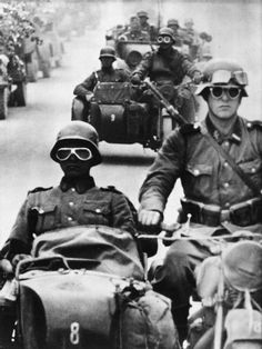 GERMAN ARMY EASTERN FRONT 1941-1945 (HU 111387)   SS motorcyclists lead a column of German troops during the advance into the Soviet Union.