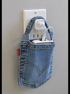 Fantastic Bags Made with Recycled Jeans – Free Guides Cell phone charging holder. out of a pocket of jeans Wonderfu DIY 5 Recycled Jeans bagsCell phone charging holder. out of a pocket of jeans Wonderfu DIY 5 Recycled Jeans bags Artisanats Denim, Denim Pants, Ripped Jeans, Skinny Jeans, Jean Diy, Pocket Craft, Diy Jeans, Diy With Jeans, Denim Bags From Jeans